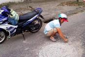 Mặc vợ trẻ chờ cơm đến tối, anh thợ quyết đục bỏ khối bê tông giữa đường vì sợ người dân gặp nạn