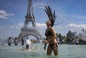 Nắng nóng kinh hoàng, thiếu nữ bất chấp tất cả diện bikini tắm ngay dưới chân tháp Eiffel