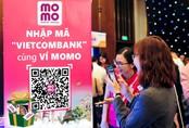 Kích thích khách hàng bỏ tiền mặt, MoMo và Vietcombank tung khuyến mãi khủng