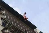 Nam thanh niên 19 tuổi ngồi thất thần trên nóc nhà 7 tầng chuẩn bị nhảy lầu tự tử và nguyên nhân đến từ chính bố mẹ anh