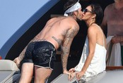 Hình ảnh Beckham hôn Victoria đắm say đập tan tin đồn cặp đôi đã chia tay