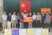 """Trao 200 triệu đồng hỗ trợ người dân vùng """"rốn lũ"""" Hà Tĩnh"""