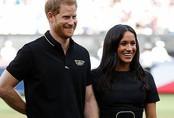 """Meghan Markle và Hoàng tử Harry lép vế và """"đuối"""" hơn hẳn khi dự tiệc cưới của người bạn thân thiết"""