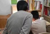 Bố tự trói tay mình để kìm chế cơn giận khi dạy con học