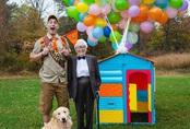 """Cụ bà 93 tuổi và cháu trai bất ngờ nổi tiếng mạng xã hội vì cách ăn mặc và biểu cảm """"lầy lội"""""""