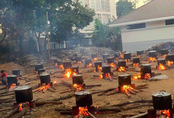 """Hàng trăm nồi bánh tét """"đỏ lửa"""" ở Kon Tum khiến bao người xao xuyến"""