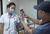 Lửa ấm tập 1: Bác sĩ Thủy bị người nhà bệnh nhân quay phim, chụp ảnh vì bỏ mặc bệnh nhân nhiều giờ