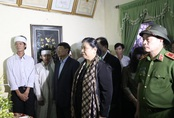 Phó Chủ tịch Quốc hội Tòng Thị Phóng thăm hỏi, tặng quà cho người dân chịu ảnh hưởng mưa lũ ở Huế