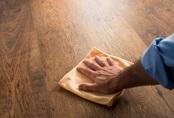 Sàn gỗ lát đã lâu trở nên cũ kĩ, nhiều vết xước, hãy giúp nó sáng bóng trở lại bằng loại dầu đặc biệt để trong ngăn bếp