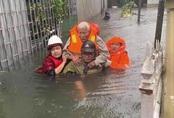 Giải cứu gần 200 hộ dân TP Vinh mắc kẹt giữa biển nước