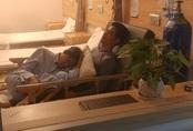 Câu chuyện con trai 70 tuổi chăm cha mẹ già khiến ai cũng rơi nước mắt