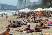 Bãi biển Nha Trang đông khách sau khi hết dịch