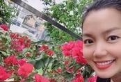 Nơi ở hiện tại ở ngoại thành của ca sĩ Ngọc Anh trải đầy sắc hoa
