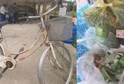 Cụ ông 90 tuổi đạp xe đến địa điểm cách ly để ủng hộ 20k, 1kg gạo, 1 quả bầu, 1 bó rau muống và 1 túi rau