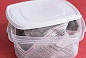 Vo tròn tờ báo rồi bỏ vào hộp nhựa, kết quả thu được vào ngày hôm sau khiến bà nội trợ nào cũng muốn học theo