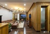 """Căn hộ tầng 26 phá vỡ khuôn mẫu cứng nhắc để biến thành """"resort"""" trên cao với ánh sáng và cây xanh đẹp mắt ở Cầu Giấy, Hà Nội"""