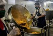 Đầu bếp Mỹ lừng danh cứu đói hàng triệu người Ấn Độ giữa phong tỏa