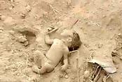 Bé sơ sinh bị chôn sống được cứu nhờ thò chân ra ngoài