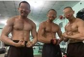 """Xôn xao hình ảnh các """"sư thầy"""" Tịnh Thất Bồng Lai đi resort tránh nắng, khoe body 6 múi ở hồ bơi sau ồn ào bị điều tra"""