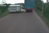 Xe ben đổ dốc mất phanh, tông xe tải suýt lao xuống vực - khoảnh khắc vụ tai nạn khiến người xem thất thần