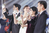 Công Phượng và vợ cười, khóc trong lễ đính hôn