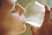 Cứ uống nước lại thấy cơ thể xuất hiện 4 dấu hiệu kỳ lạ này, bạn cần phải đi khám ung thư khẩn cấp