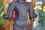 Bức tượng dưới ruộng có thể là vị thần của tôn giáo Nam tông