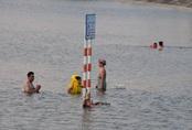 Hà Nội: Trời oi bức, người dân tấp nập ra hồ Linh Đàm lặn ngụp dù biển cấm cắm khắp nơi