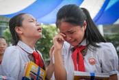 Học sinh lớp 5 khóc nức nở phút chia tay trường tiểu học