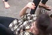Cô gái 17 tuổi bị lột áo đánh ghen