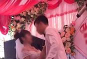"""Chú rể """"cưỡng hôn"""" cô dâu trên sân khấu tổ chức hôn lễ khiến MC hoảng hốt: """"Chưa, chưa"""", cả hôn trường thì cười không kìm được"""