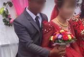 """Chú rể liên tục lấy váy cô dâu che chắn khi chụp hình, ai dè giấu giếm một """"bí mật"""" đằng sau"""