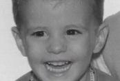 """Cuộc đời bé trai 5 tuổi bị hủy hoại bởi thí nghiệm """"chữa"""" hành vi nữ tính: Học phổ thông chỉ dám ăn trưa trong nhà vệ sinh, tự tử ở tuổi 38"""