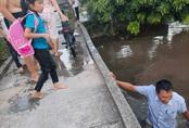 Phút sinh tử người đàn ông lao xuống sông cứu 2 em nhỏ rơi khỏi cầu