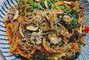 8x đẹp trai chia sẻ cách làm miến trộn Hàn Quốc, các mẹ học ngay vì chỉ cần 1 món này cũng xong bữa tối ngon lành!