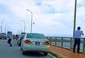 Sẽ xử lý 4 xe biển xanh dừng giữa cầu Nhật Lệ để... chụp ảnh