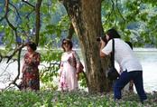 Chị em tấp nập chụp ảnh với khung cảnh hoàn toàn mới lạ của Hồ Gươm