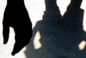 Thiếu niên 13 tuổi đánh đập, chụp khỏa thân bé 11 tuổi ở Hong Kong