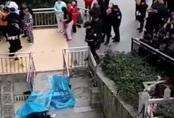 Cụ ông 70 tuổi tự tử từ tầng 12, rơi trúng một người đang nghe điện thoại bên dưới khiến nạn nhân tử vong tại chỗ
