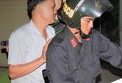 Người đàn ông vừa châm pháo bị cảnh sát bắt quả tang