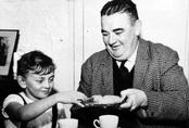 Bức ảnh bé gái uống trà cùng viên cảnh sát tưởng như là khoảnh khắc vui vẻ nhưng đằng sau đó là một thảm kịch giết chết hơn 100 người