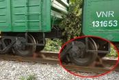 Lao vào đoàn tàu hỏa đang di chuyển, cô gái trẻ bị cán cụt chân, tay