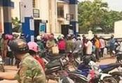 Hàng trăm người dân đổ xô đi mua xăng