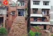 Nước lũ tuôn như thác từ nhà dân ở Trung Quốc