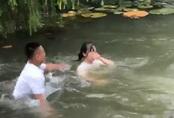 Nhóm nam sinh hùa nhau ném bạn nữ xuống hồ nước, nạn nhân ho sặc sụa trong tiếng hò reo của bạn bè