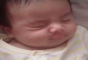 """Sinh ra đã bị họ hàng kém duyên chê bai diện mạo, 4 năm sau bé gái """"lột xác"""" đến cả bố mẹ cũng ngỡ ngàng"""