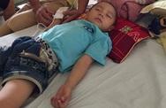 Nghẹn lòng người cha mong con mở mắt khi đưa vào phòng cấp cứu