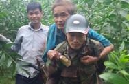 Người dân thay nhau cõng cụ ông nằm kiệt sức, đói lả suốt 3 ngày ra khỏi rừng sâu