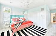 Mang lại sự năng động cho phòng ngủ và phòng ăn bằng chiếc thảm trải sàn sọc đen trắng tinh tế