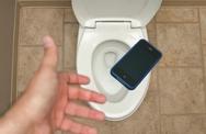 Tại sao không nên đem thiết bị di động vào nhà vệ sinh